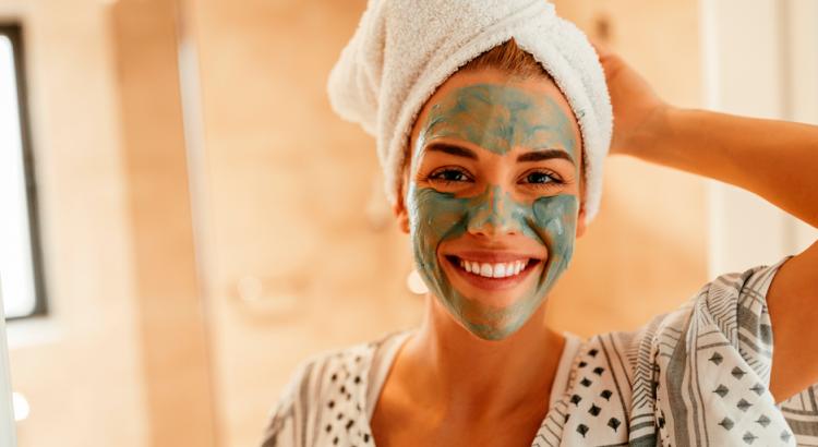 Mulher com mascara facial sorrindo